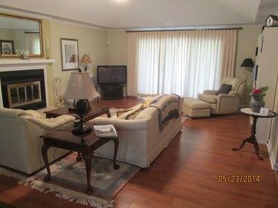 sala de estar se conecta a la cubierta, chimenea