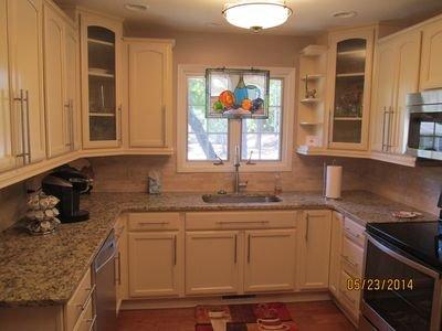 cocina moderna actualizada, electrodomésticos de acero inoxidable, máquina de hielo, totalmente equipada