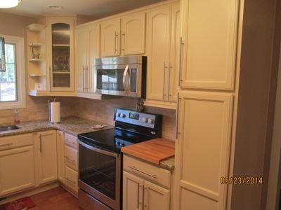 Vista de cocina, microondas, toneladas de almacenamiento