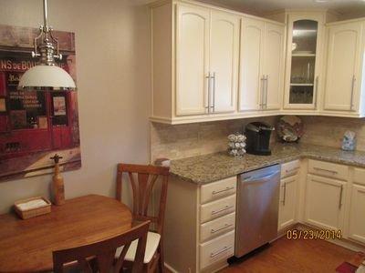 Vista de cocina, comer o utilizar comedor, lavavajillas