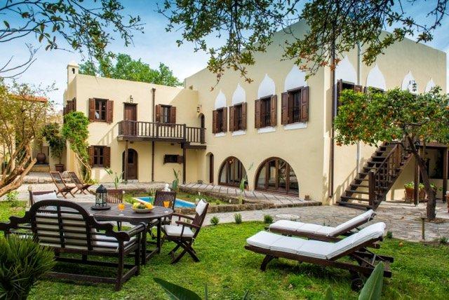 La villa está rodeada de preciosos jardines tranquilos que transportará al visitante a otra plac