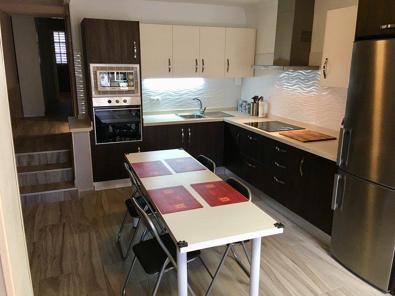 Acogedor apartamento reformado, a 200 metros del mar, holiday rental in Poris de Abona