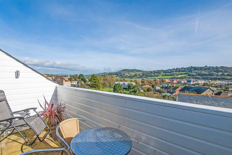Atemberaubende Balkon mit Tisch und Stühlen, ein herrlichen Blick auf das Meer, Ax Klippen und das Tal.