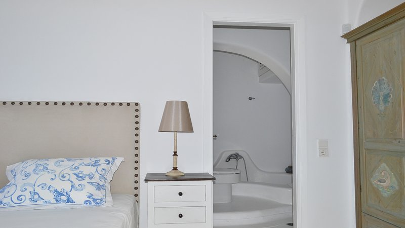 Master bedroom, en-suite bathroom