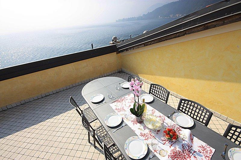 Mirò, appartamento di lusso con piscina, terrazza con strepitosa vista lago, location de vacances à Toscolano-Maderno
