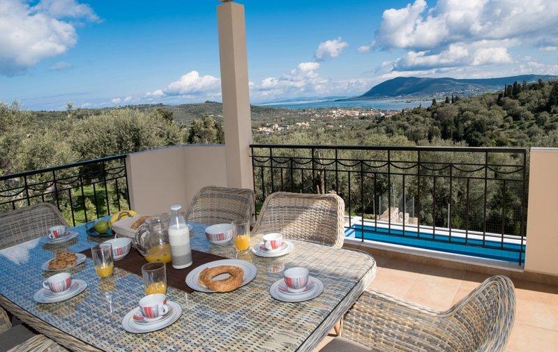 Breakfast with wonderful panoramic seaviews!