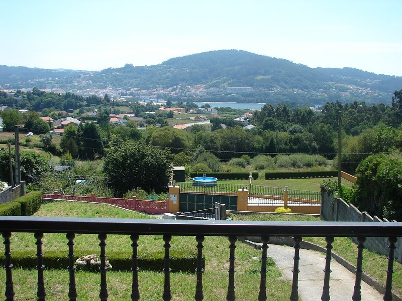 COUNTRY HOUSE WITH EXCELLENT MOUNTAIN VIEWS, vacation rental in Monfero