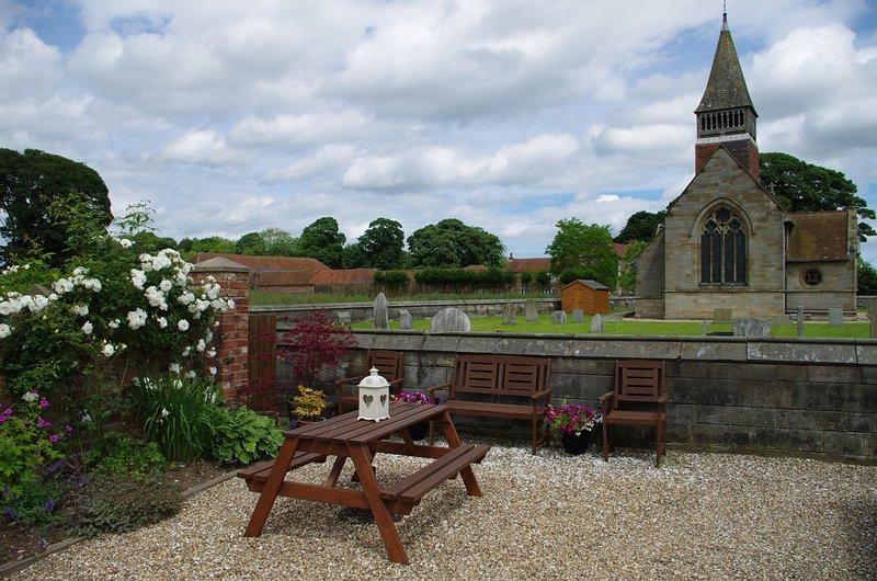 zona de estar jardín con vistas a la iglesia de Santa María