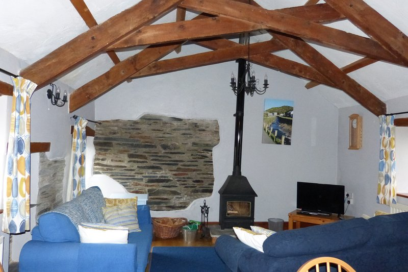 Hendra Grange a poêle à bois, 2 canapés pour le confort et poutres apparentes d'origine dans cette propriété de caractère