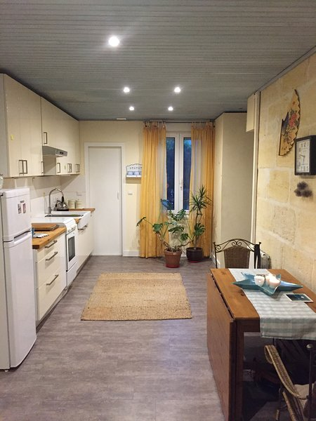 Light & cosy flat in a friendly and non typical Bordeaux's area., casa vacanza a Begles
