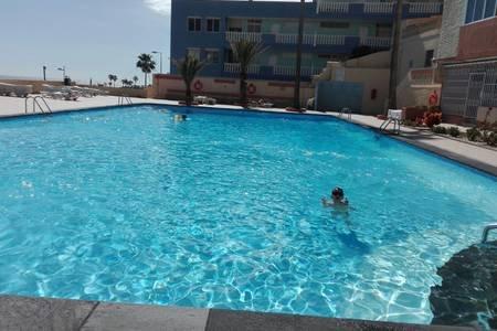 TENERIFE, CANDELARIA, REFORMADO A PIE DE PLAYA CON DOS PISCINAS DE AGUA SALADA, holiday rental in Las Caletillas