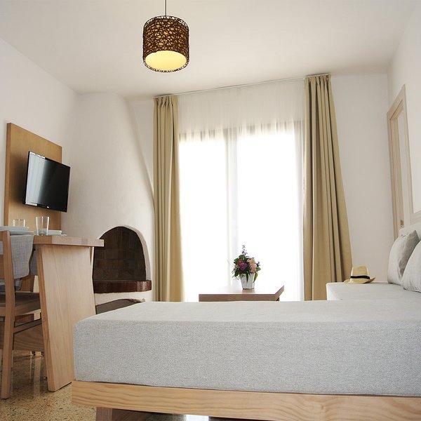 Sea View quiet modern studio apartment in San Antonio, Cafe del Mar., aluguéis de temporada em Sant Antoni de Portmany