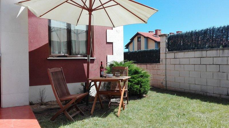 precioso bajo con jardin ideal para matrimonio con niños, holiday rental in Treceno