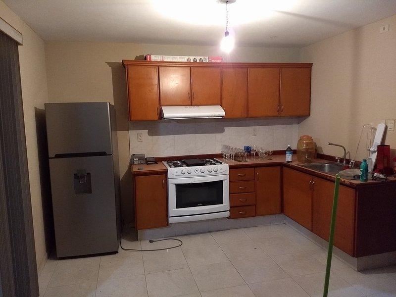 casa de 4 recamaras ideal para familias grandes o grupos, location de vacances à Monte Gordo