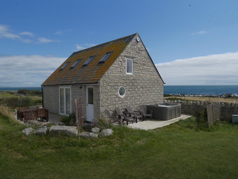 The Old Boathouse with views over English Channel and Hot Tub. Book early., vacation rental in Isle of Portland