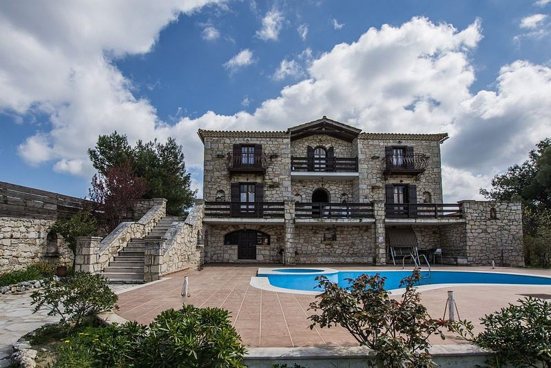 Villa Paraskevi-4 bedroom villa with private pool, holiday rental in Lagopodo