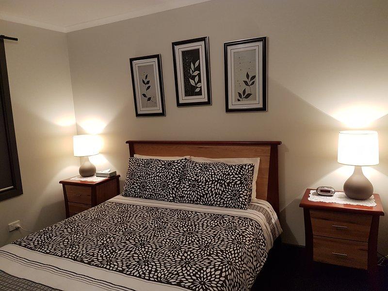 Comfy queen bed in de grote slaapkamer