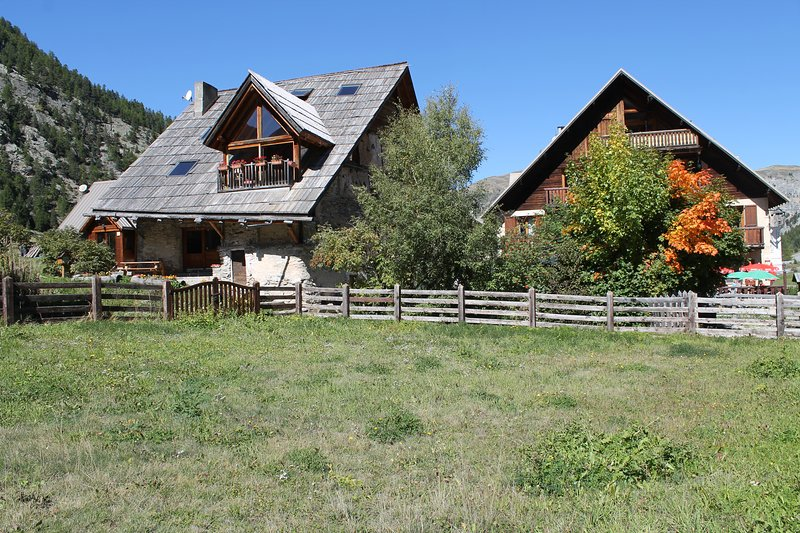 Chalet XVIIIè rénové, gîte 7/9 places 110m² avec jacuzzi, cheminée et sauna., vacation rental in Cervieres