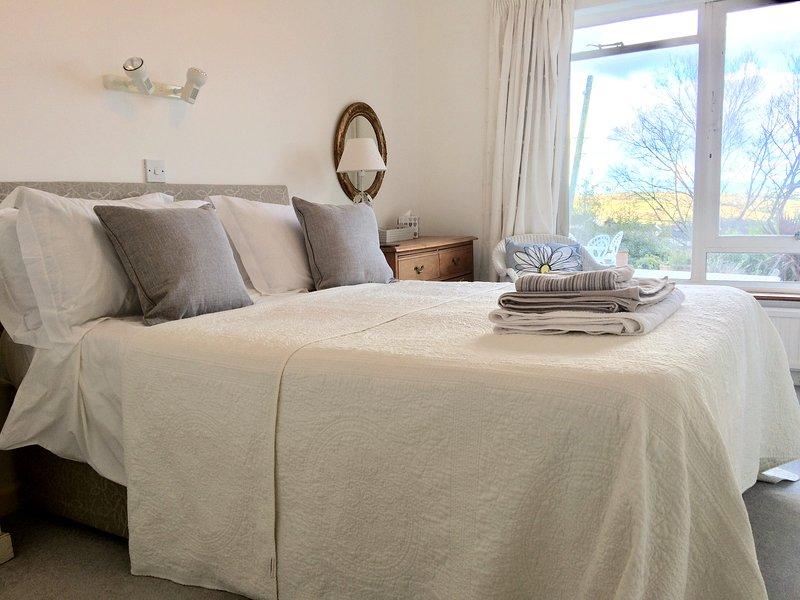dormitorio doble, se proporciona ropa de cama.