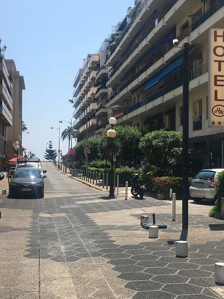 rua Massenet que conduz à praia Ruhl localizado na Promenade des Anglais. Praia em frente 50m