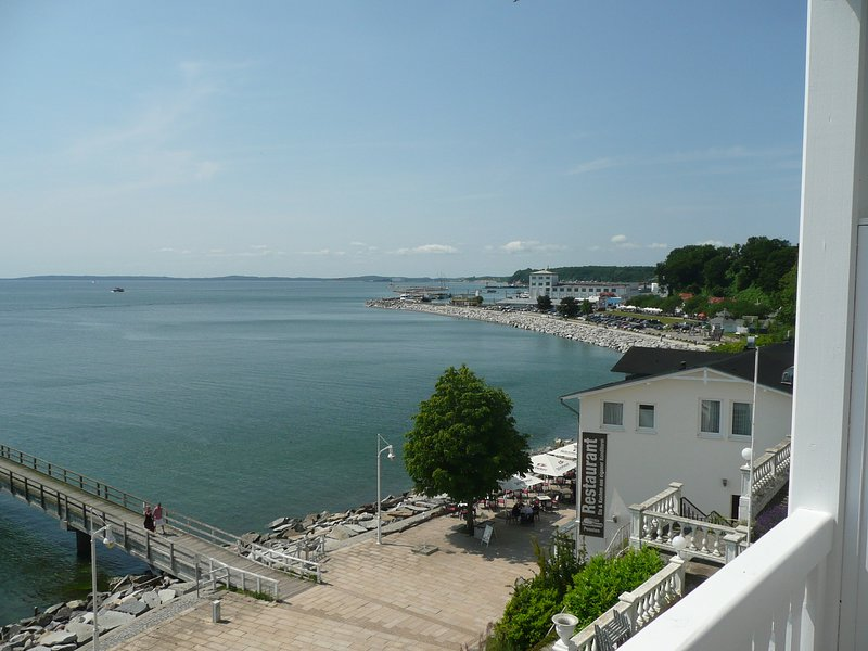 Lovely Seaview Apartment in 1st row,  Meerblick-Ferienwohnung 302 in 1. Reihe, vacation rental in Lohme