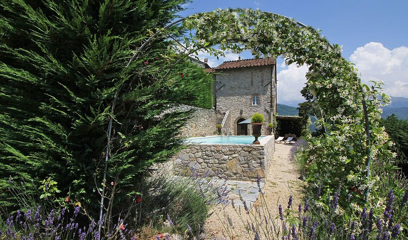 Rocca Villa Sleeps 6 with Pool and WiFi - 5696005, holiday rental in Ghivizzano