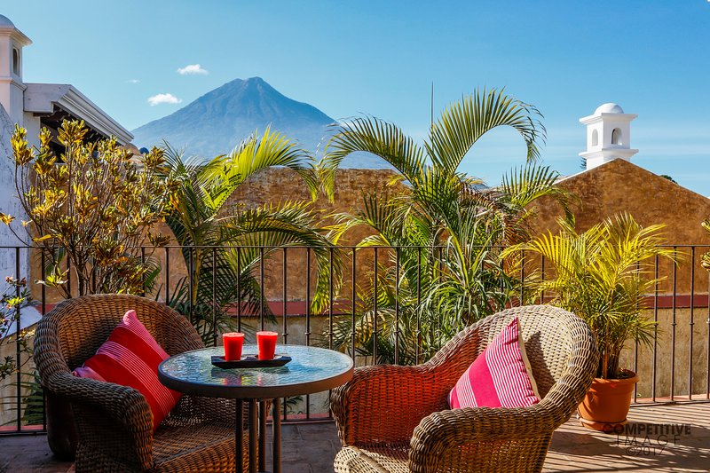 Central & Tranquil Oasis w/ Pool & Hot Tub + FREE night, vakantiewoning in Guatemala