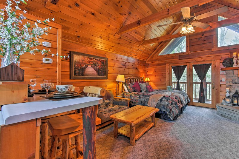 'Two Hearts' is your ideal vacation rental studio cabin in Gatlinburg!