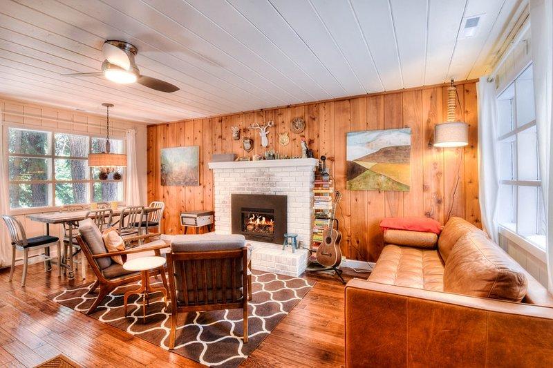 Amplia sala de estar con chimenea de gas y un asiento cómodo sofá