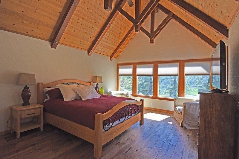 Downstairs quarto principal com uma cama king