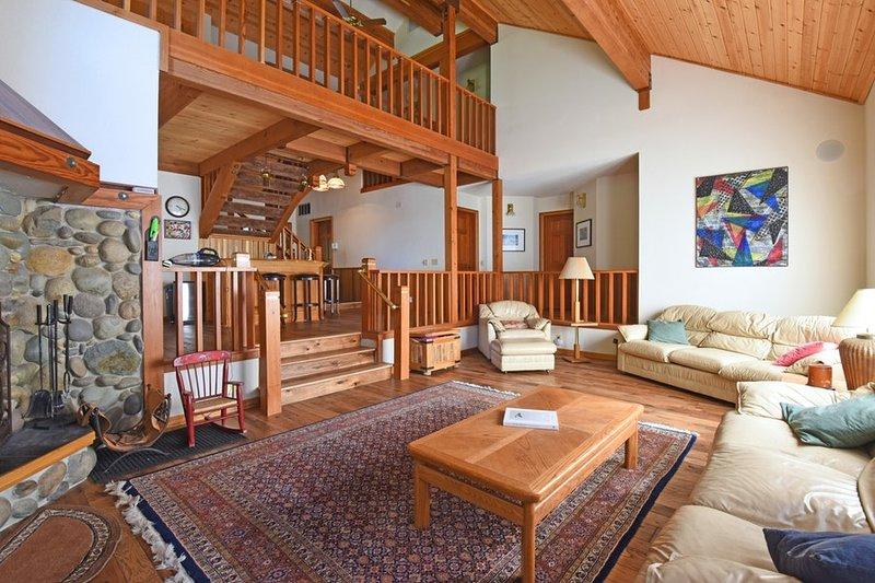 Grande, confortável sala de estar com assentos sofá para dez