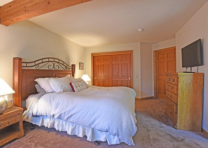 Upstairs quarto principal com uma cama king