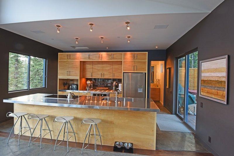 Moderne Küche, alle Geräte aus Edelstahl