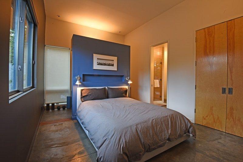 Master-Schlafzimmer mit Schreibtisch, ein eigenes Badezimmer und private Terrasse Zugang