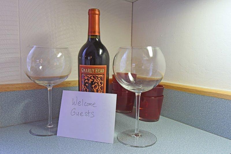 Você vai encontrar uma garrafa de vinho para a sua estadia também!