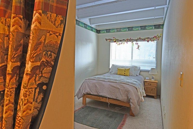 quarto de hóspedes com uma cama tamanho completo