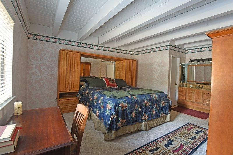 Mestre quarto com uma cama king size