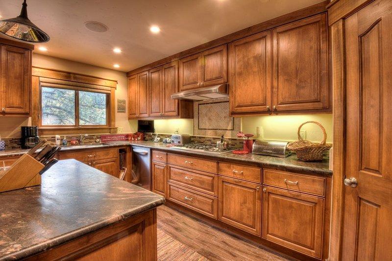 cozinha espaçosa com uma abundância de amenidades