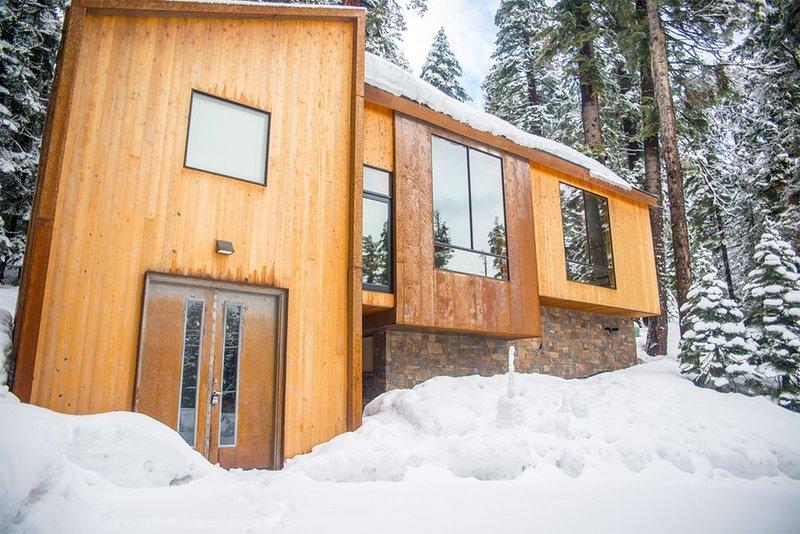 Frente a la casa en el invierno