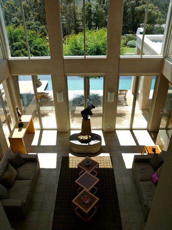 mirando desde el segundo piso sobre la gran sala de estar y sala de billar