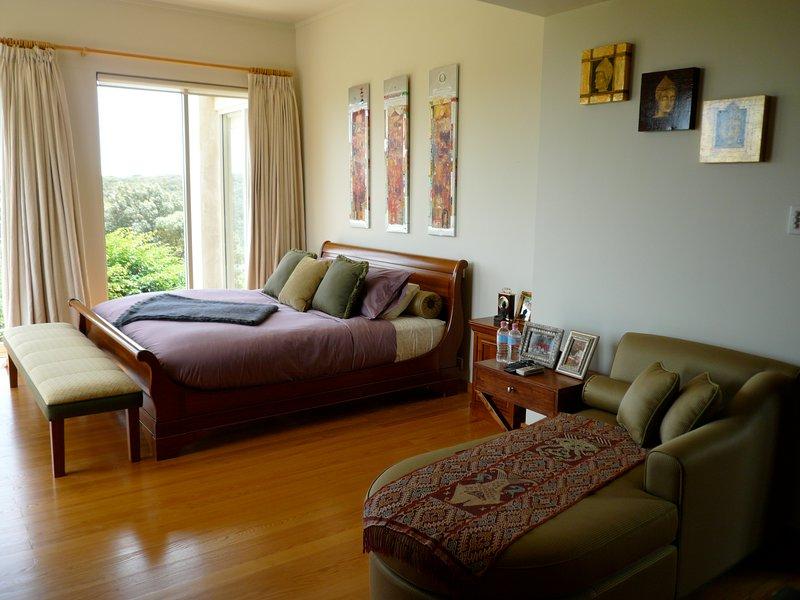el dormitorio principal con balcón, baño adjoihing con vista al mar en la tina de baño, todo de mármol