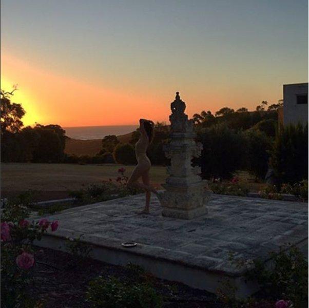 Nicole meditando por el templo otra puesta de sol mágica