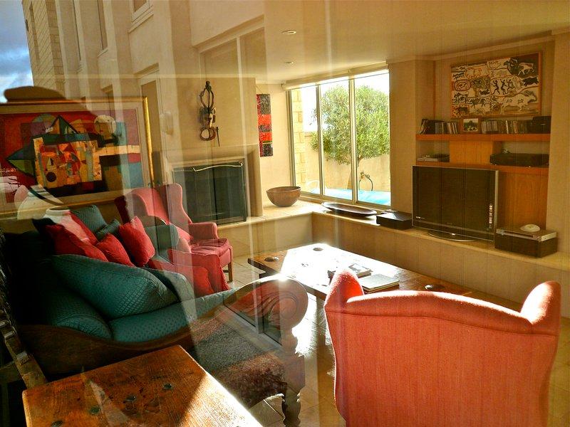 la sala de tele, tv dvd cd y una chimenea y sofá grande