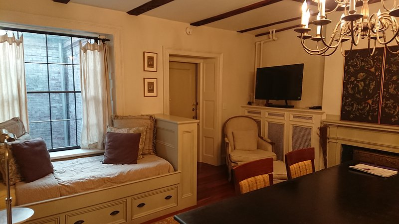 El apartamento cuenta con dos taburetes para comer con la espalda y dos taburetes sin respaldo.