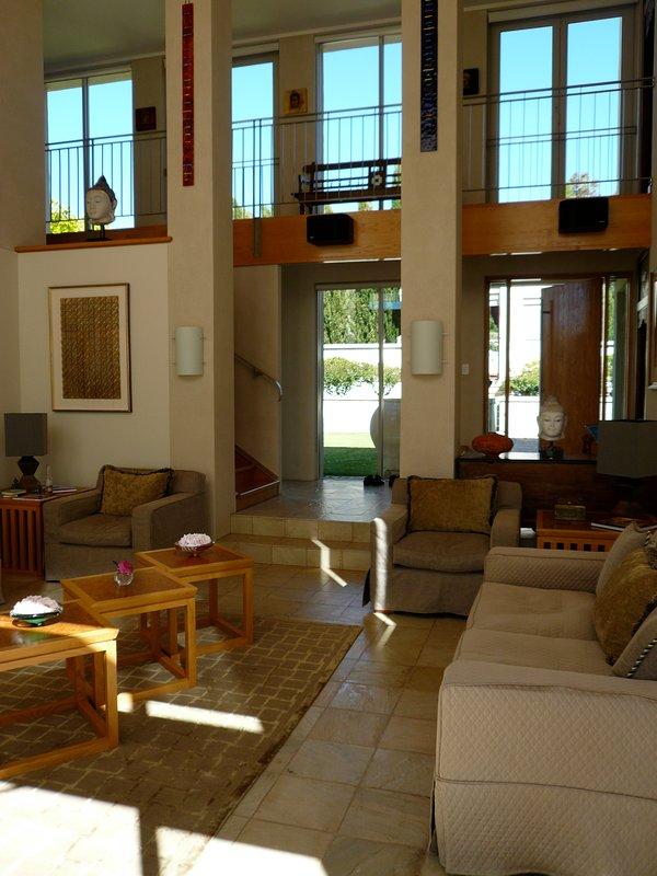 la gran sala sala de estar mirando al patio y entrada