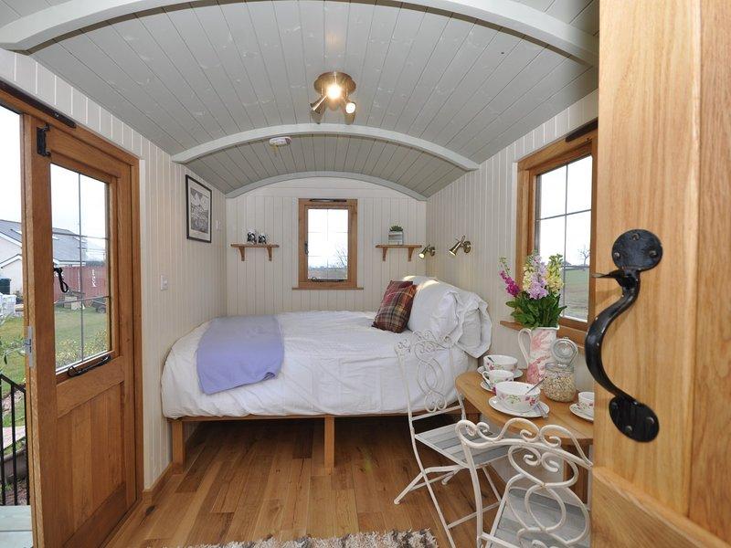 Stylish shepherds hut with hot tub