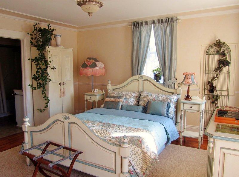 Quédate dormido en esta cálida y acogedora habitación con el sonido del río en el colchón Tempurpedic.