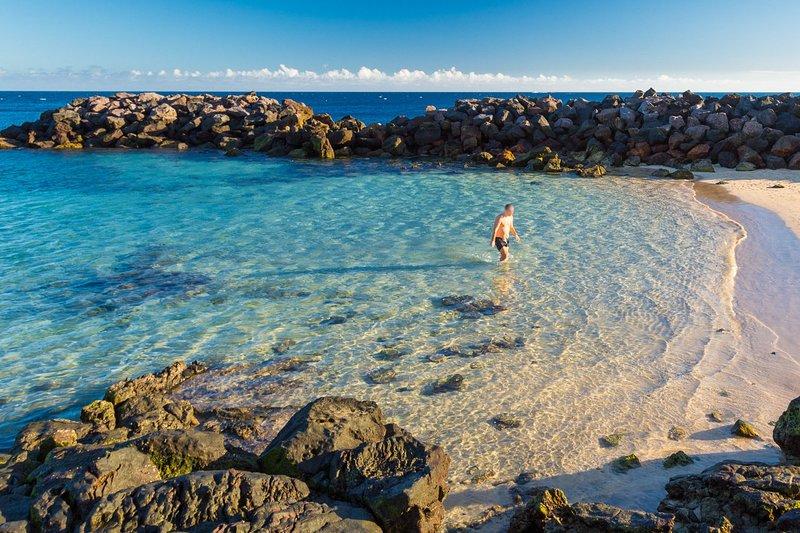 Banhar-se em águas cristalinas em Costa Teguise
