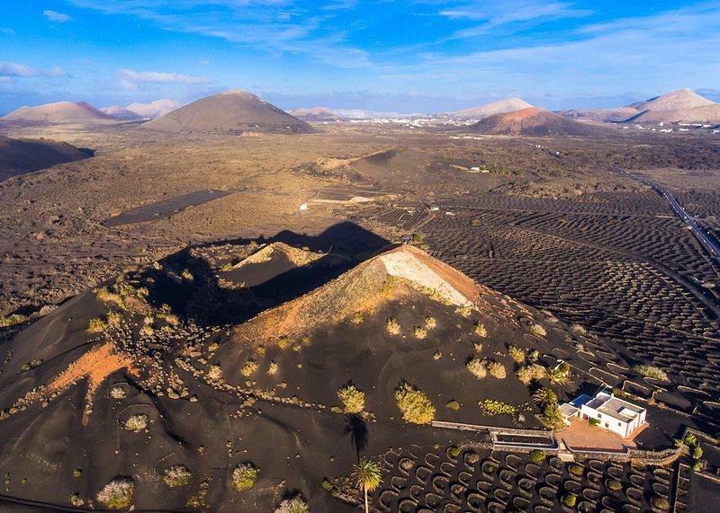 formations volcaniques impressionnantes et les établissements vinicoles uniques dans le parc national Geria