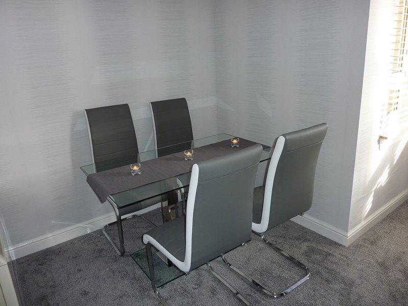 comedor en el salón con mesa y 4 sillas